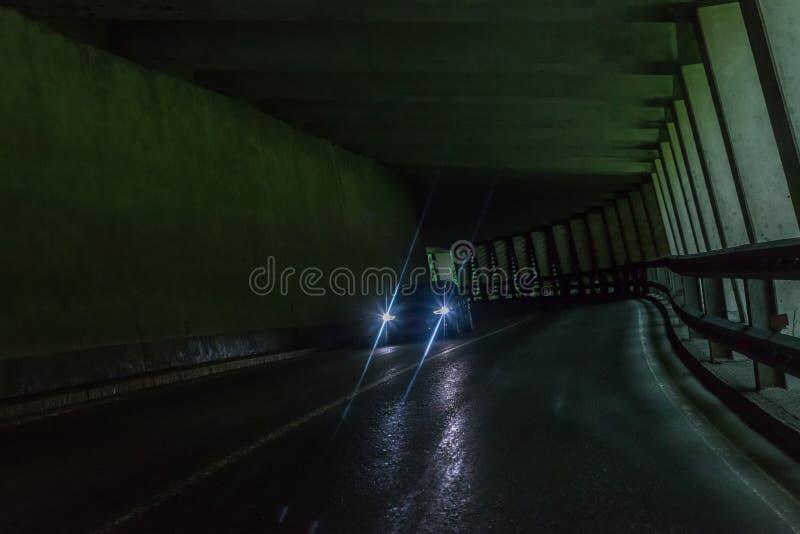 Tunnel dell'automobile nelle alpi con traffico imminente, Austria fotografia stock