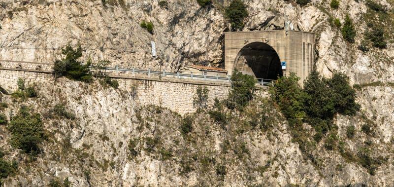 Tunnel della strada attraverso la montagna fotografie stock libere da diritti