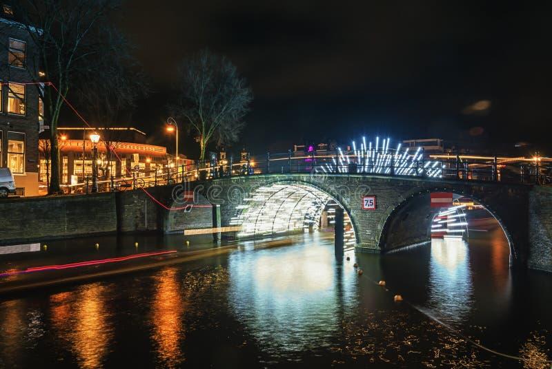 Tunnel di luce sotto il ponte sopra il duri di Herengracht del canale immagine stock