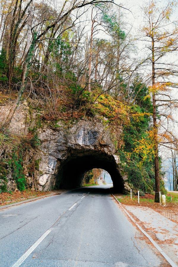 Tunnel en montagnes dans saigné en Slovénie photo stock