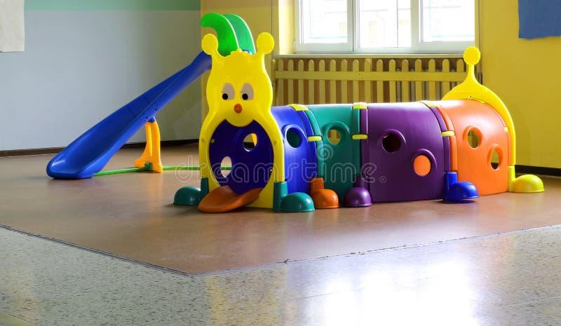 tunnel en plastique pour le jeu d 39 enfants dans des meubles de cr che image stock image du. Black Bedroom Furniture Sets. Home Design Ideas