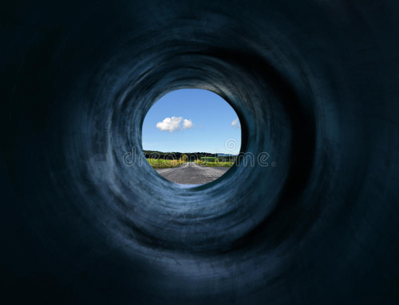 Tunnel en weg aan mystic afgelegen land royalty-vrije stock foto