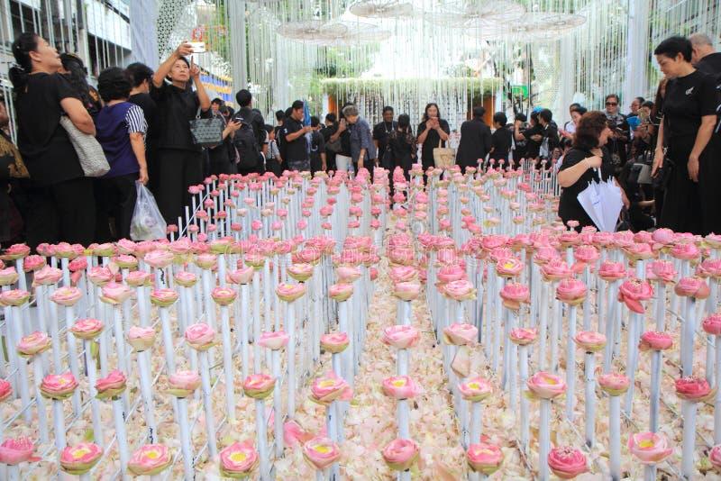 Tunnel för blommaordning i thailändsk kunglig kremeringceremoni på Pak Klong Flower Market royaltyfria foton