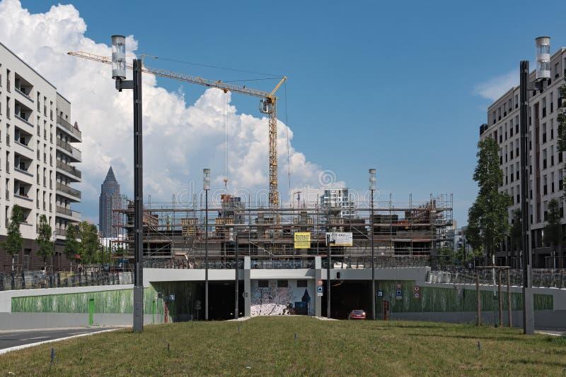 Tunnel för konstruktionsplats som overbuilding i det nya området av Frankfurt - f.m. - strömförsörjning, Europaviertel royaltyfri fotografi