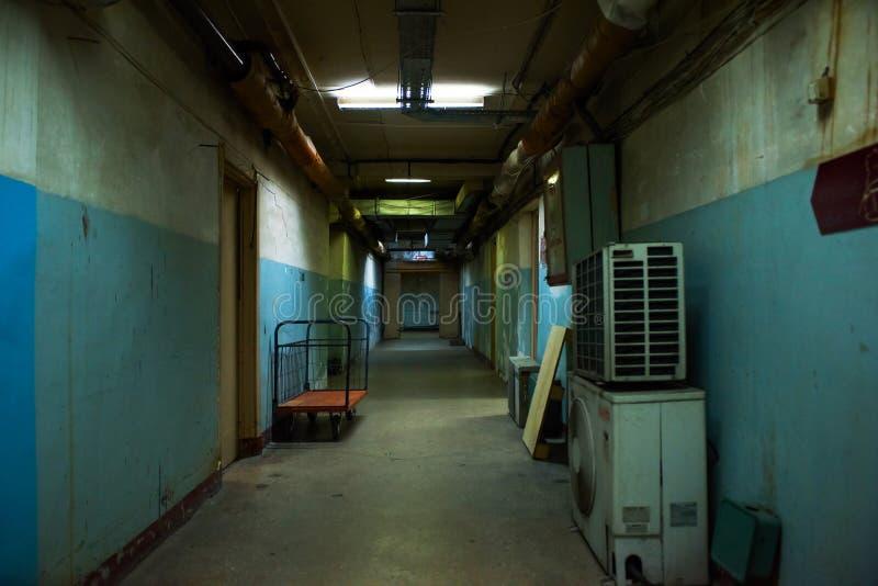 tunnel för lampa för slut för begreppskorridor mörk royaltyfri bild