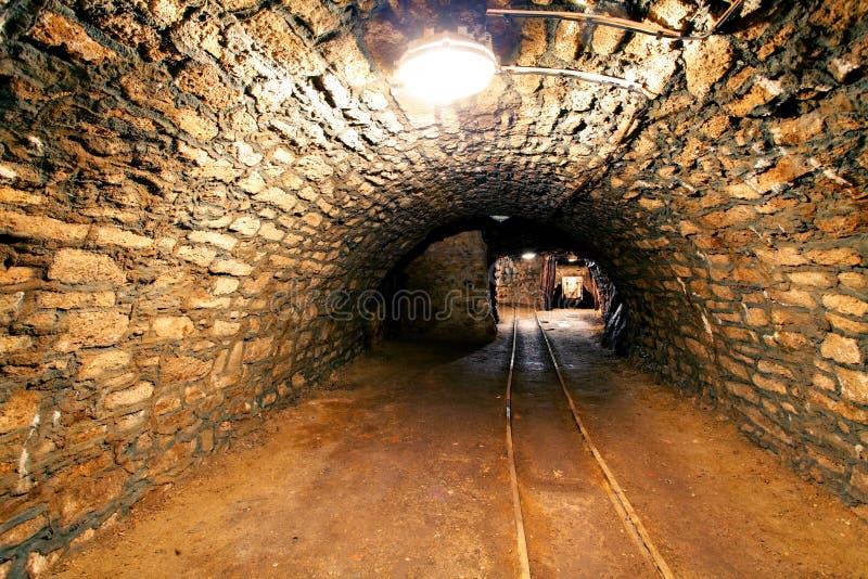 Tunnel för underjordisk min som bryter bransch royaltyfria bilder
