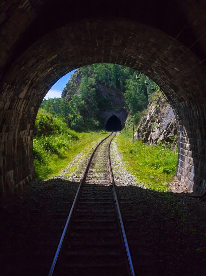 Tunnel ferroviari delle montagne sulla riva di Baikal fotografie stock libere da diritti