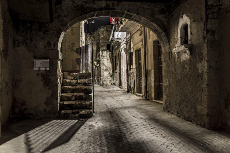Tunnel foncé photos libres de droits
