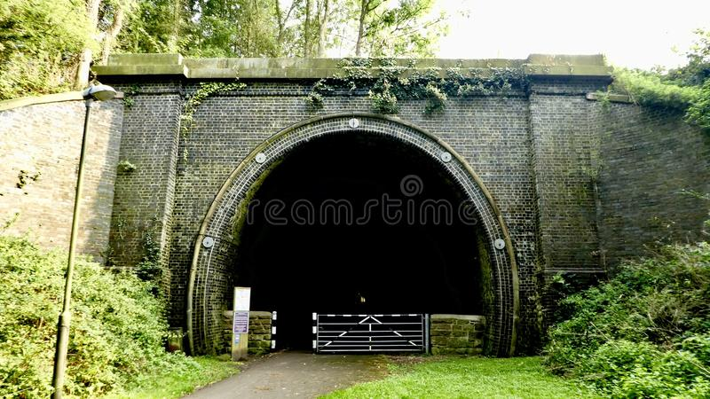 Tunnel foncé image stock