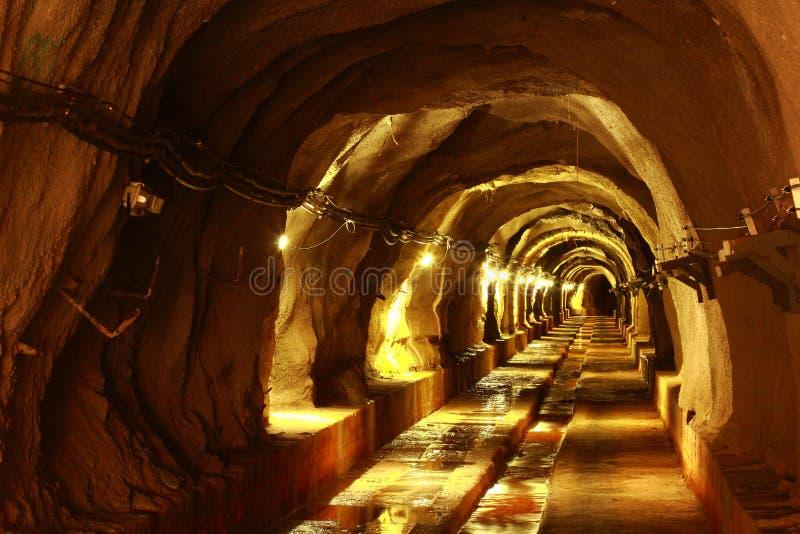 Tunnel foncé avec la lumière image stock