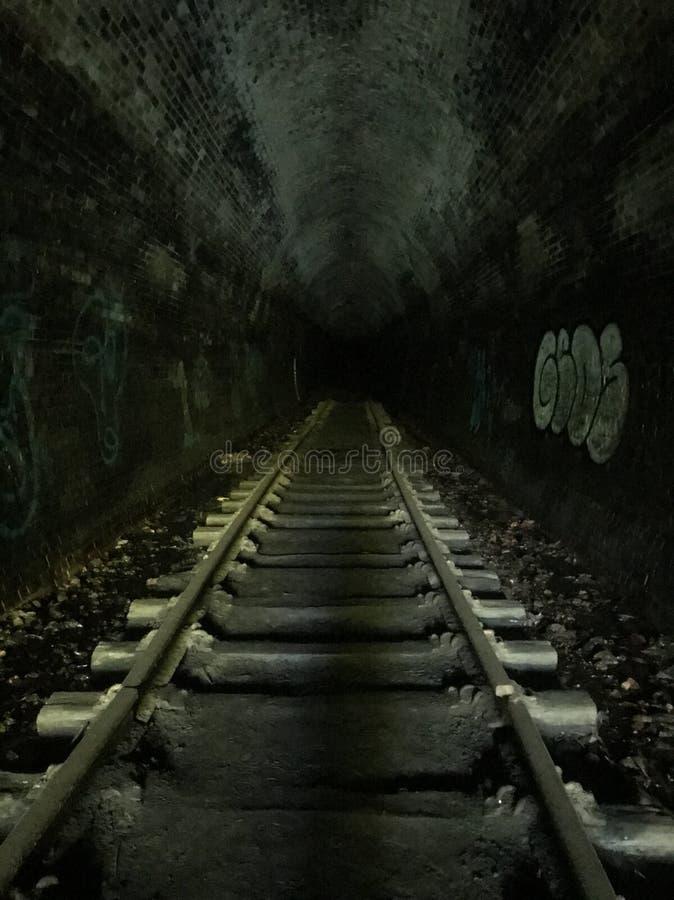Tunnel foncé avec le vieux chemin de fer images libres de droits