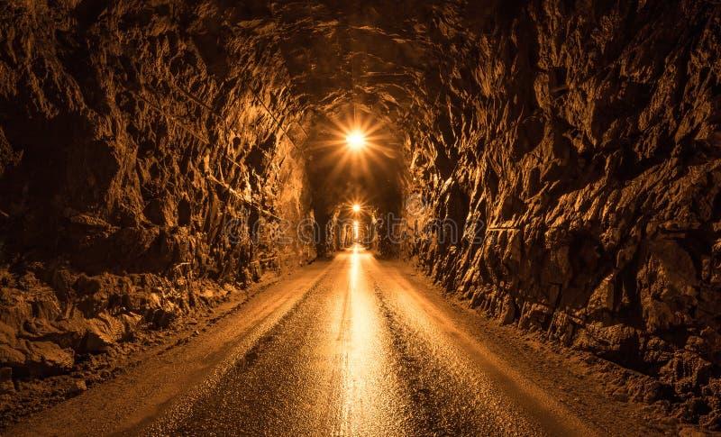 Tunnel foncé dans la montagne images stock