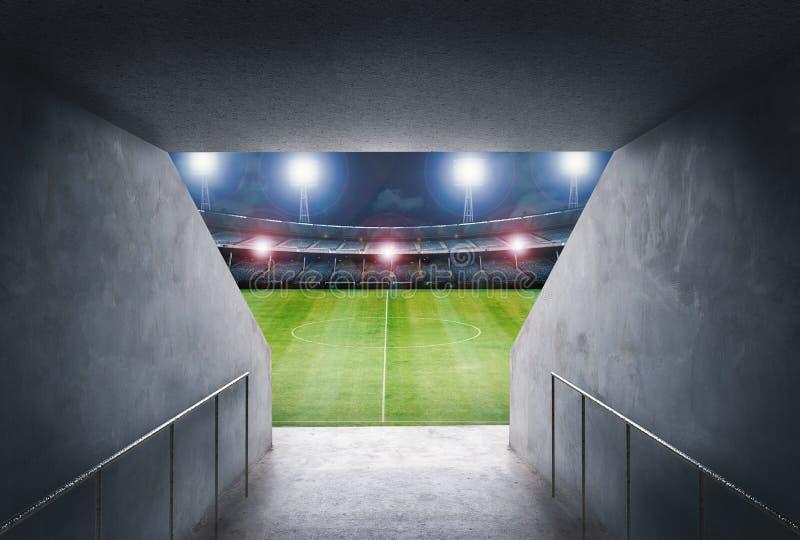 Tunnel i stadion med det gröna fältet fotografering för bildbyråer