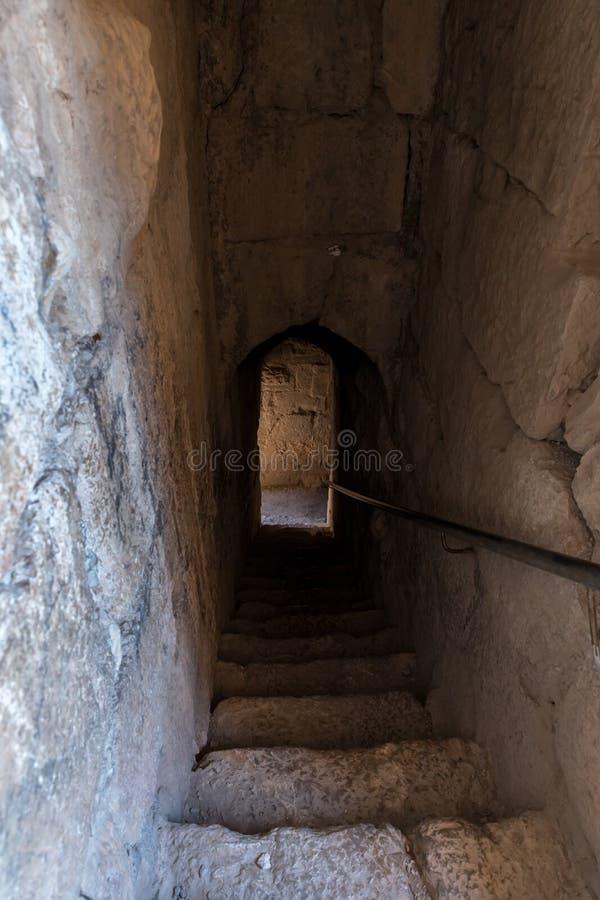 Tunnel menant à la rangée inférieure dans Nimrod Fortress situé dans la Galilée supérieure en Israël du nord à la frontière avec  photos stock