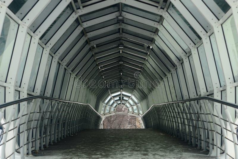 Tunnel moderne piétonnier ovale vide photo libre de droits