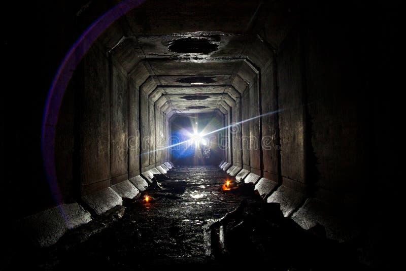 Tunnel nel sottosuolo abbandonato del collettore della fogna sotto Voronež immagini stock