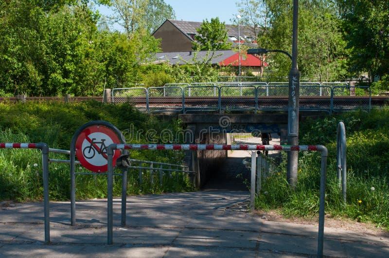 Tunnel onder de spoorweg in Alleroed in Denemarken stock afbeeldingen