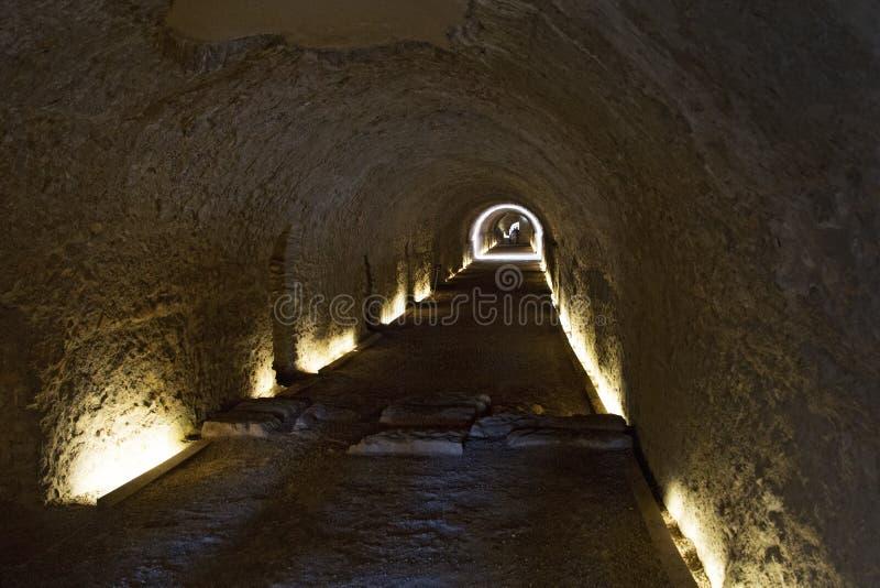 tunnel onder Roman Circus in Tarragona, Catalonië, Spanje stock foto's