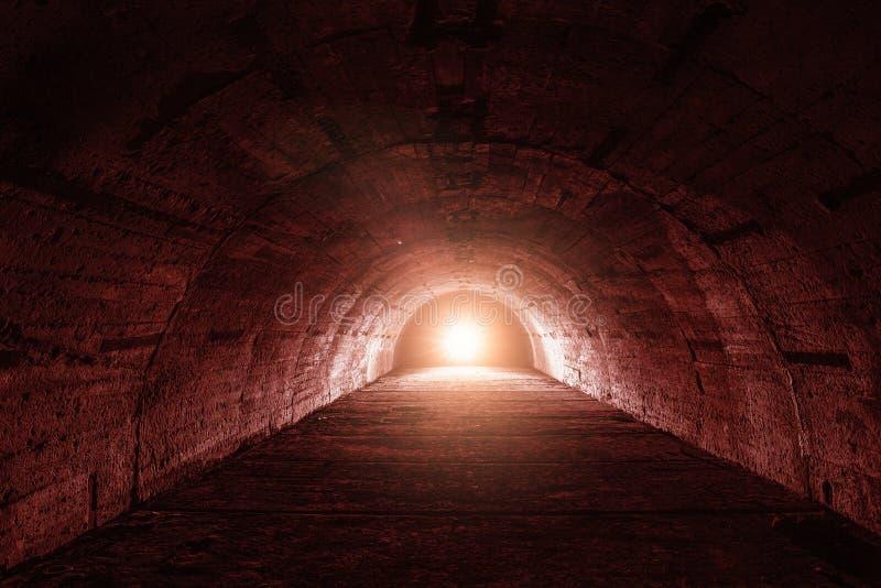 Tunnel ou couloir souterrain avec la lumière rouge dans le concept de fin, de thriller ou d'atmosphère d'horreur photo libre de droits