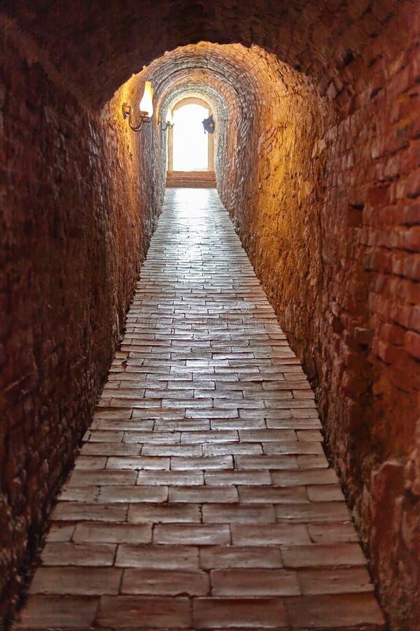 Tunnel par le château image stock