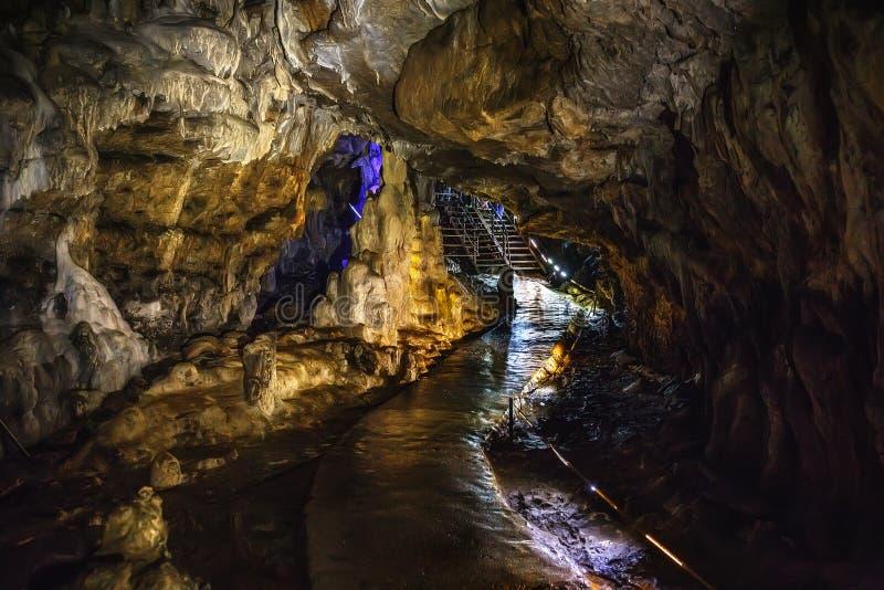 Tunnel rampant souterrain dans la grotte sombre de caverne ou de chaux, couloir de nature de spéléologie en montagnes d'Adygeya photographie stock