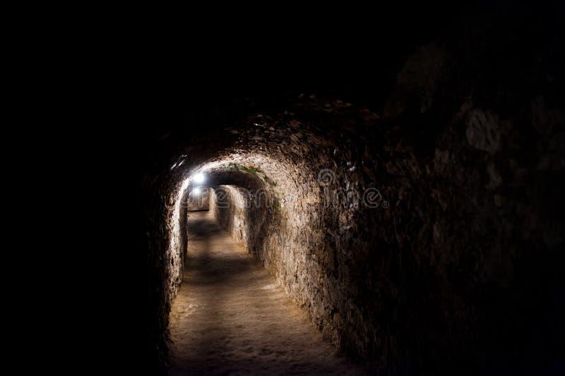 Tunnel scarry scuro con alcune luci sotto il castello immagini stock libere da diritti