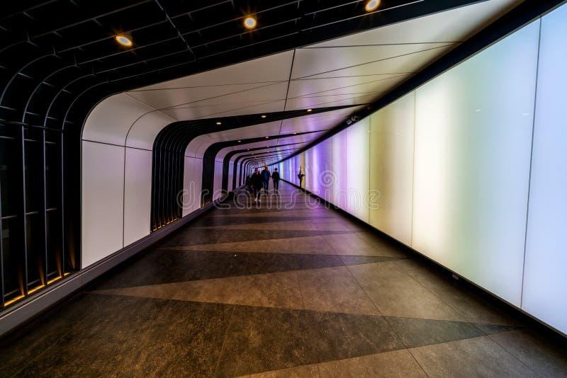 Tunnel som anknyter St Pancras internationella och konungs arga St Pancras underjordiska stationer arkivfoton