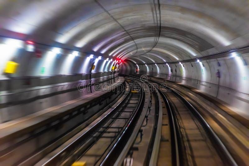 Tunnel sotterraneo del tubo della metropolitana del sottopassaggio immagini stock