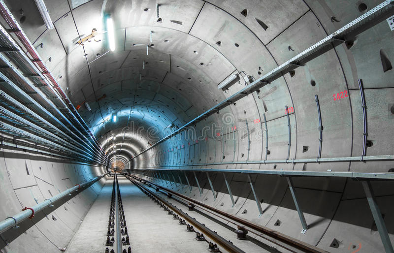 Tunnel souterrain avec les lumières bleues photos stock