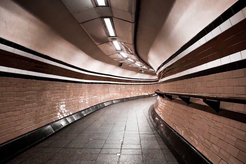 Tunnel souterrain de Londres, courbes personne photo stock