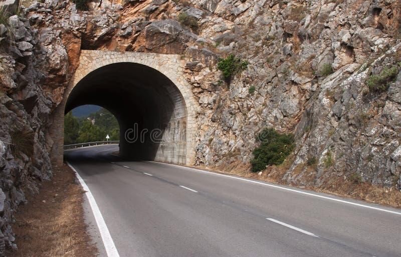 Tunnel sur la route - format CRU   photos stock