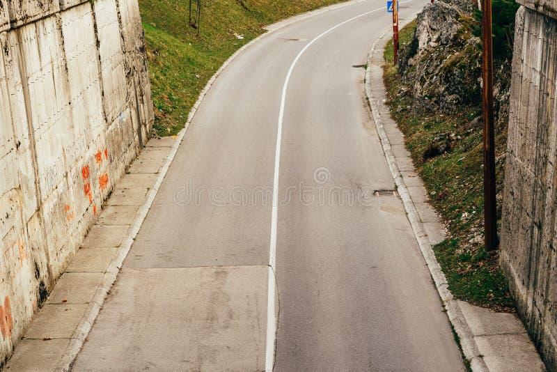 Tunnel sur la route revêtement de Deux-couche Ruelle continue sur le RO photos libres de droits