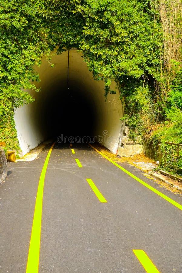 Tunnel sur la ruelle de vélo de Ciclovia Alpe Adria Radweg photo libre de droits