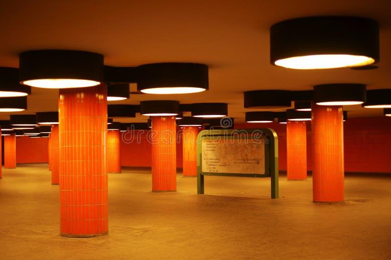 Tunnel und Durchgang mit Spalten stockbilder
