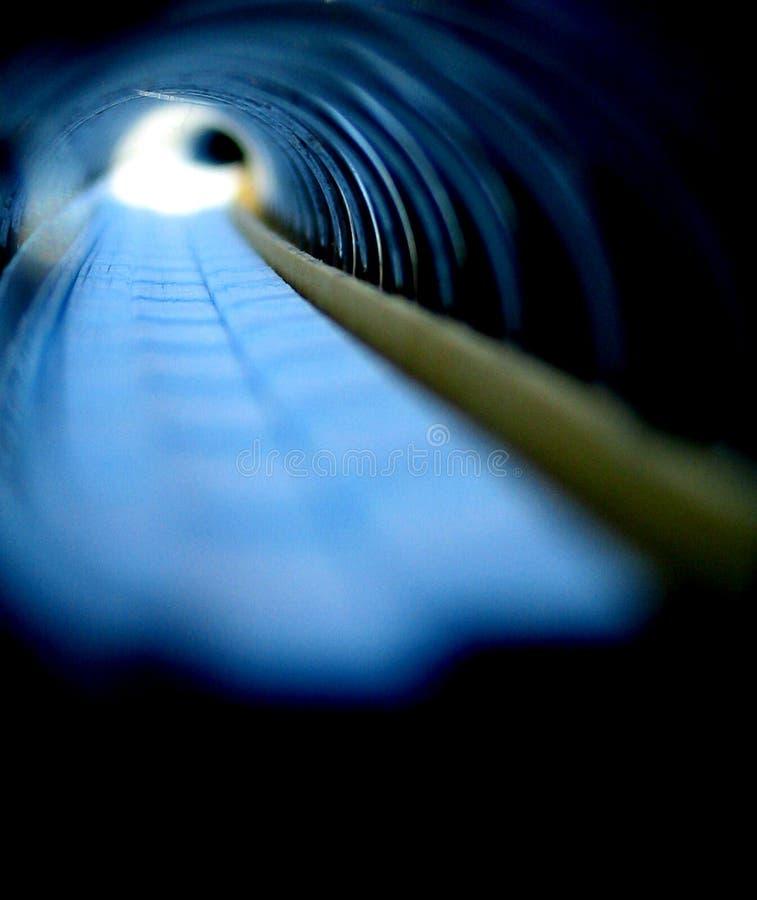 tunnel via spiraalvormig notitieboekje stock fotografie