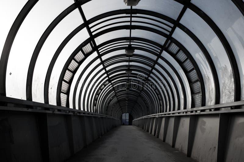 tunnel vuoto, passaggio pedonale, un concetto di architettura della città fotografia stock libera da diritti