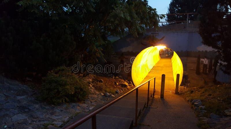 Tunnel zum Pier lizenzfreie stockbilder