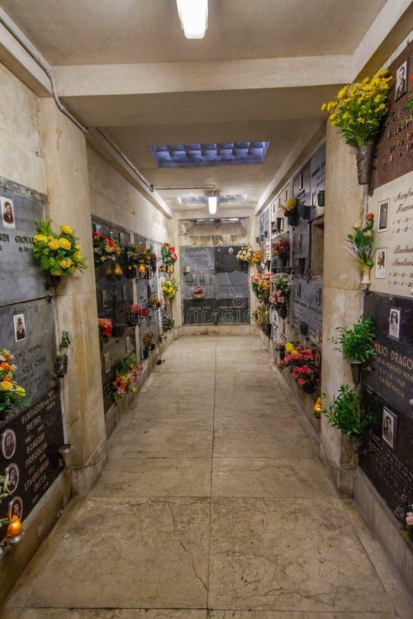Tunnelbana av kyrkogården i Cremona arkivfoton