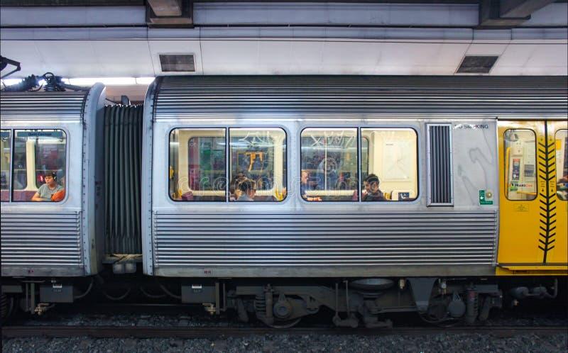 Tunnelbanadrev i underjordisk station med passagerare som beskådas till och med fönster i Brisbane Queensland Australien 2 25 201 arkivfoto