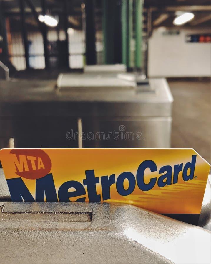 Tunnelbanakort som nallar den vändkorsmaskinNew York City gångtunnelen Metrocard som betalar biljettpris arkivbild