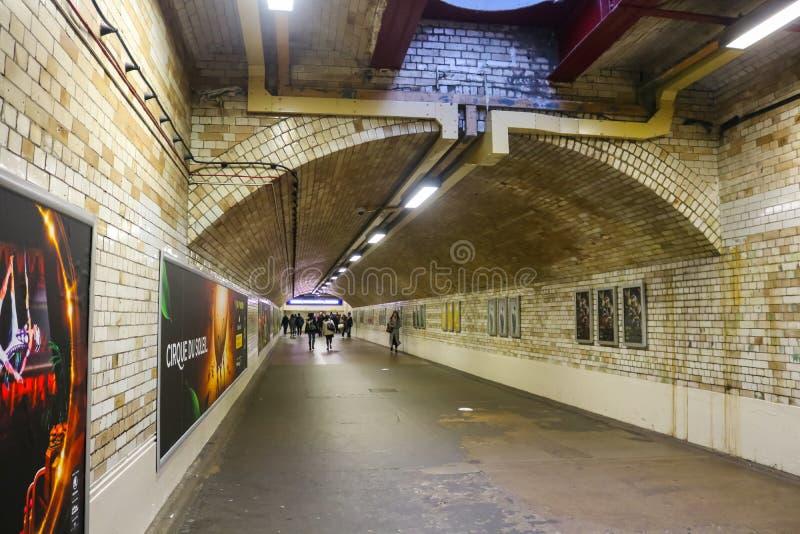 Tunnelbanan med folk som går nära den Gloucester vägen, posterar London UK arkivbild