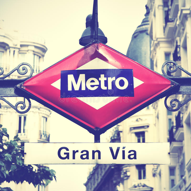 Tunnelbanan undertecknar in Madrid royaltyfri bild