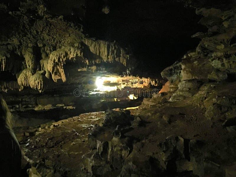 Tunnelbanan vaggar bildande djupt i en grotta royaltyfria bilder