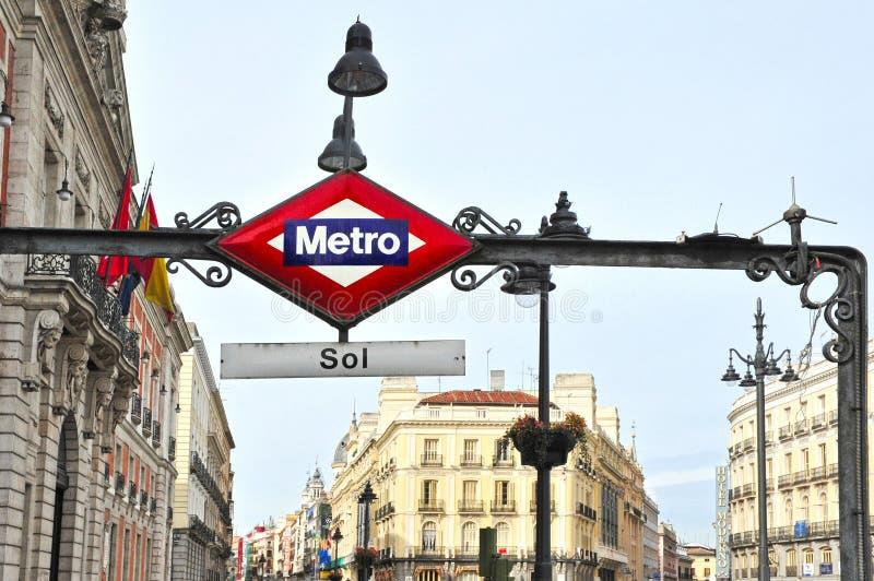 Tunnelbanastationen undertecknar in Madrid Spanien arkivfoto