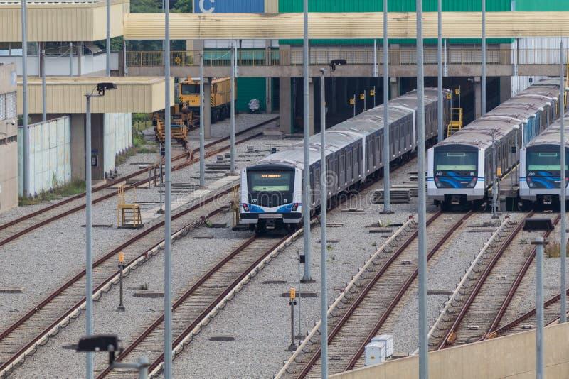 Tunnelbanavagnar på stationen i Sao Paulo, Brasilien royaltyfria bilder