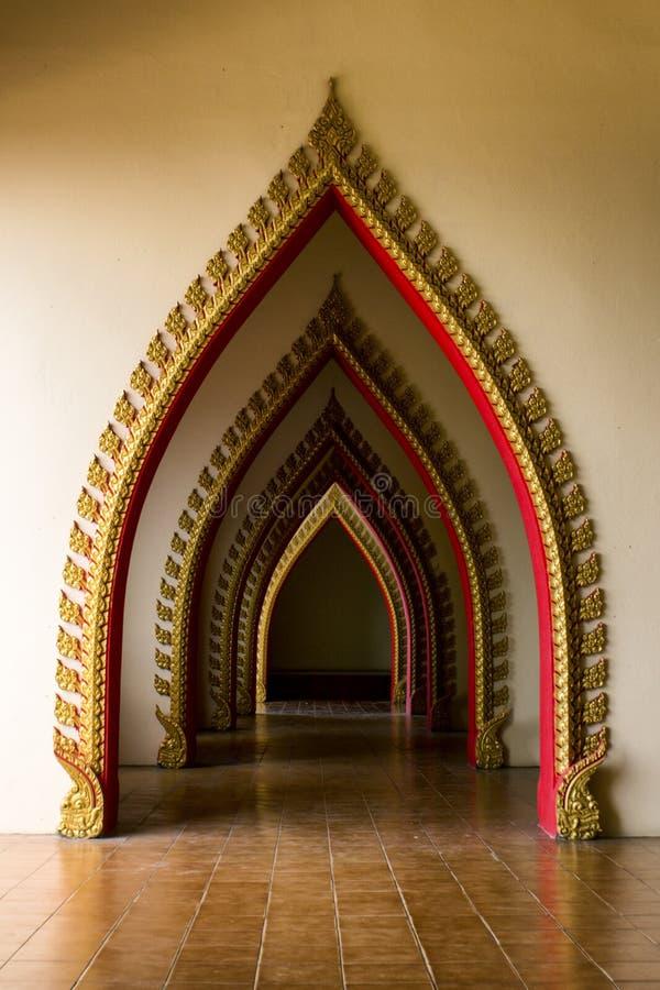 Tunneldeur in de Thaise kerk in Thailand. royalty-vrije stock afbeelding