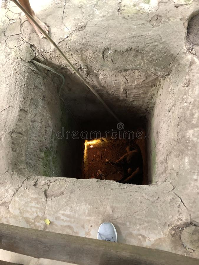 Tunnelen överfalla från bakhåll soldater i Vietnam royaltyfria bilder