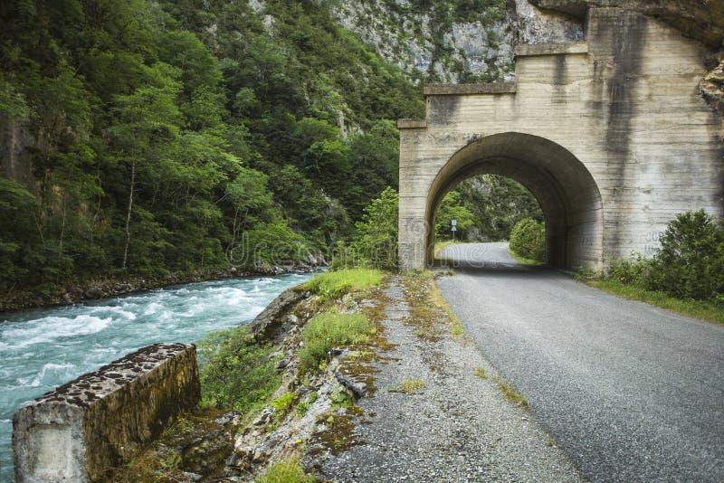 Tunnelen på vägen till sjön Riza arkivfoto