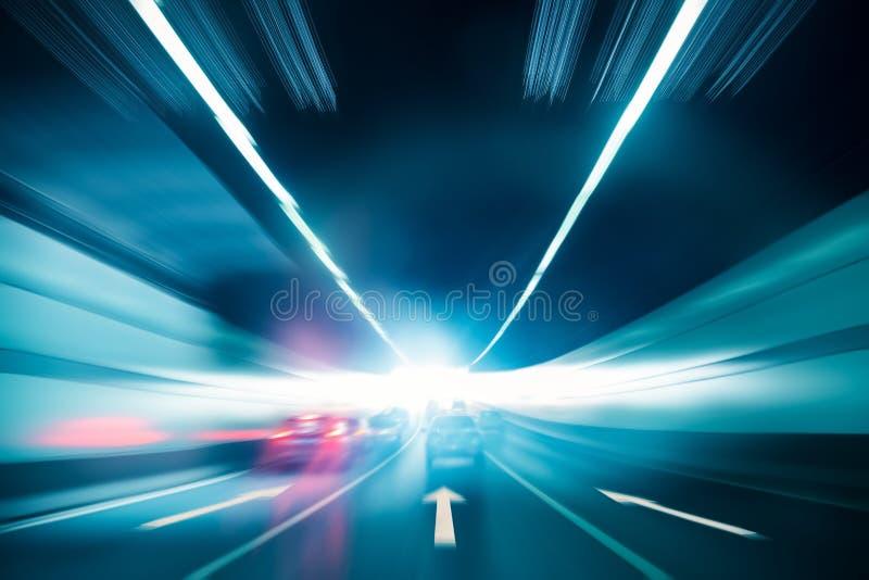 Tunnelhintergrund mit Ausgangslicht stockfotos