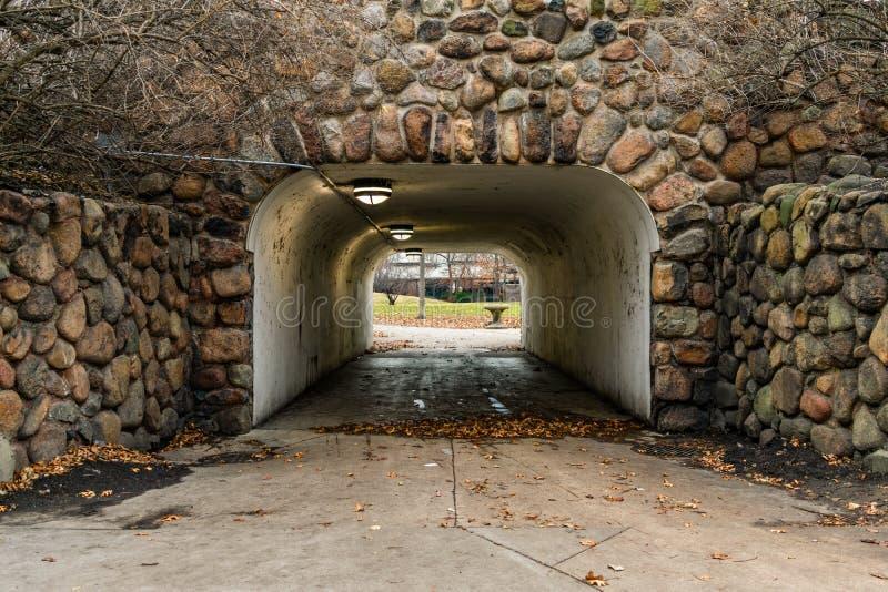 Tunnelingången som fodras med, vaggar i Lincoln Park Chicago arkivfoton